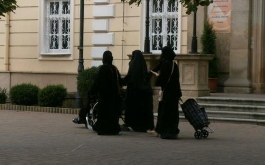 Počkej, až nám ten její bude šukat malou! Studentka vyšla do ulic oblečená jako muslimka a toto všechno si vyslechla od Čechů v Olomouci