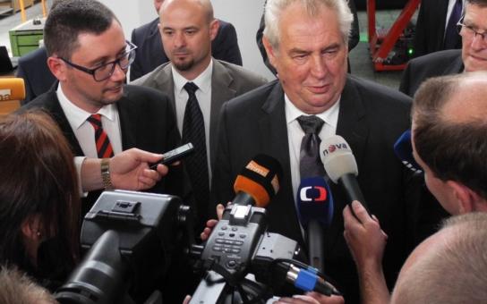 Dnes startuje Miloš Zeman svou návštěvu kraje. Dar pro něj vyrobili umělecký kovář a dobrovolníci, kteří pracují technikou suchého plstění
