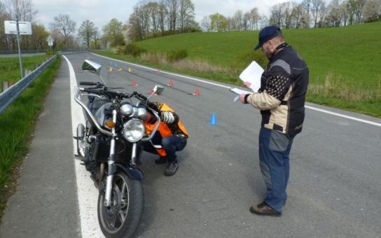 Na nové dráze nad Lipinou absovovali adepti na motorkáře první zkušební jízdy. Během nich je na komunikaci vyloučen kvůli bezpečnosti provoz jiných vozidel
