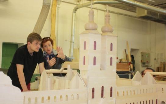 Utajená zákoutí a detaily fungování středověkého kláštera prozrazuje detailní model mladých řezbářů z Tovačova. K unikátu, který je k vidění ve Šterberku, ještě přibude chmelnice a pivovar
