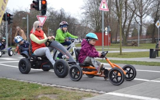 Olomoucké městské dopravní centrum zahajuje atraktivní kurzy dopravní výchovy pro děti, rodiče i seniory. Konkrétní dopravní situace si účastníci vyzkouší v praxi na dopravním hřišti. Všechny kurzy jsou zdarma