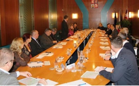 Obce a města v kraji mají zájem o spolupráci se svými protějšky na Zakarpatí. Ukrajinští starostové přijeli přímo za nimi do Čech