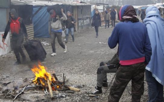 Hromady odpadků, požáry a kameny, letící na policisty: Úřady chtějí srovnat ze zemí uprchlický tábor Džungle v Calais. To ale není tak jednoduché, migranti se lehce nevzdávají…